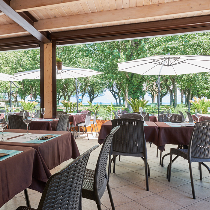 Lugana Beach: bar, ristorante, pizzeria per gustose colazioni, snack, aperitivi, pranzi e cene con vista lago